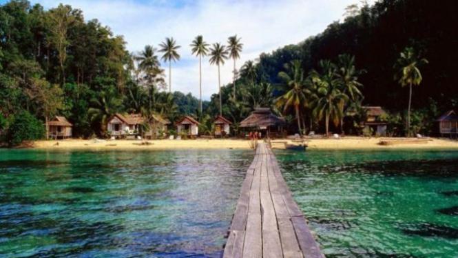 Tomini Bay terletak di Sulawesi Utara.