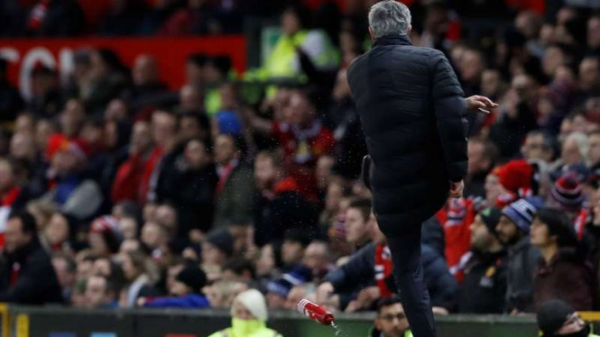 Manajer Manchester United, Jose Mourinho menendang botol di pinggir lapangan.