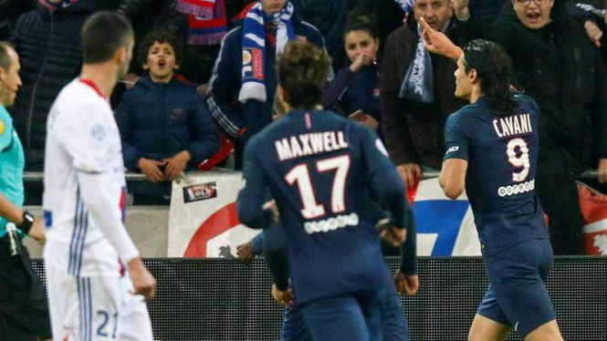 Penyerang Paris Saint-Germain (PSG), Edinson Cavani (kanan)