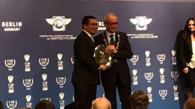 Ketua Ikatan Motor Indonesia, Sadikin Aksa, dapat penghargaan FIM