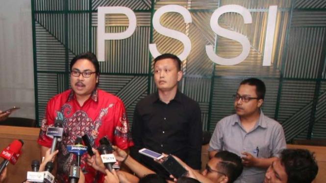 Sekretaris Jenderal PSSI, Ade Wellington (kiri) dan Panpel Yeyen Tumena.