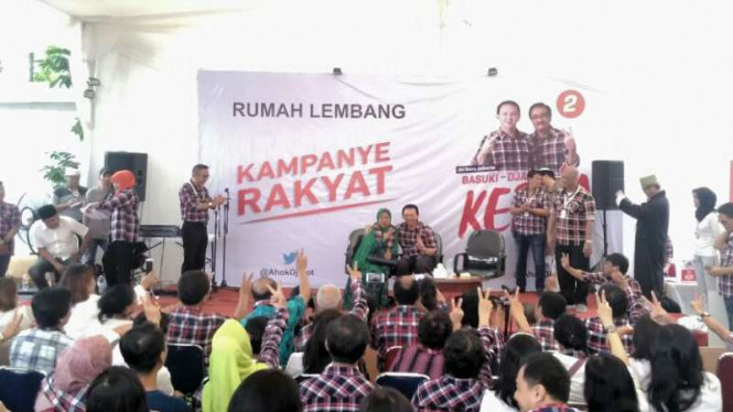 Siti Umi Hanik, warga Srengseng Sawah, memberi dukungan untuk Ahok-Djarot