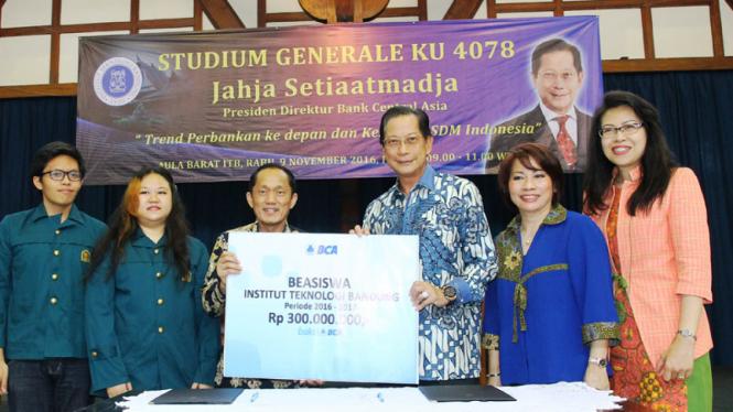Presdir BCA Jahja Setiaatmadja menyerahkan secara simbolis donasi beasiswa