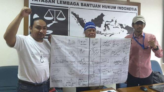 Indra Azwan (tengah), tunjukkan tanda tangan dukungan gubernur se-Indonesia