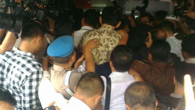 Tersangka Kasus penistaan agama Basuki Tjahaja Purnama dibawa ke Kejaksaan Agung