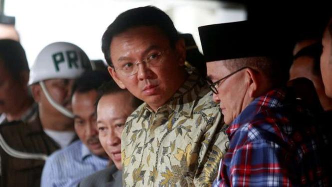 Basuki Tjahaja Purnama alias Ahok saat keluar dari gedung Kejaksaan Agung, 1 Desember 2016.