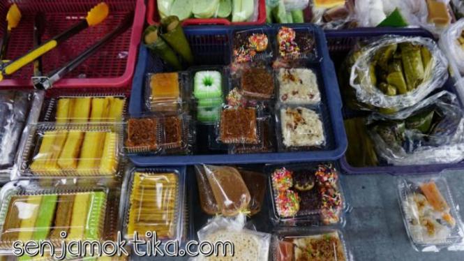 Jajanan di Pasar Turi, Singkawang.