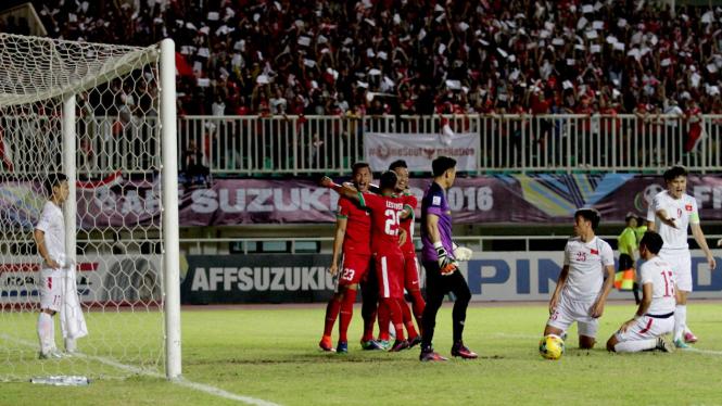 Selebrasi Timnas Indonesia, Hansamu Yama Pranata, merayakan golnya ke gawang Vietnam pada leg pertama semifinal Piala AFF 2016.