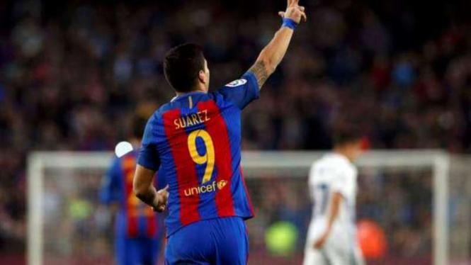 Striker Barcelona, Luis Suarez rayakan gol