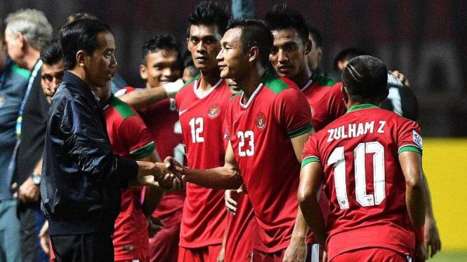 Presiden Joko Widodo bersalaman dengan pemain Timnas Indonesia