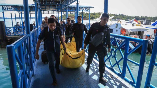 Tim pencari jatuhnya pesawat Polri di Kepulauan Riau mengangkat jenazah yang ditemukan