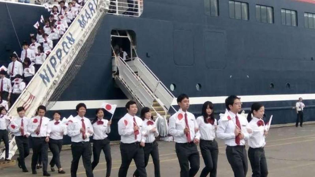 Pelajar Jepang dan Indonesia turun dari kapal Nippon Maru.