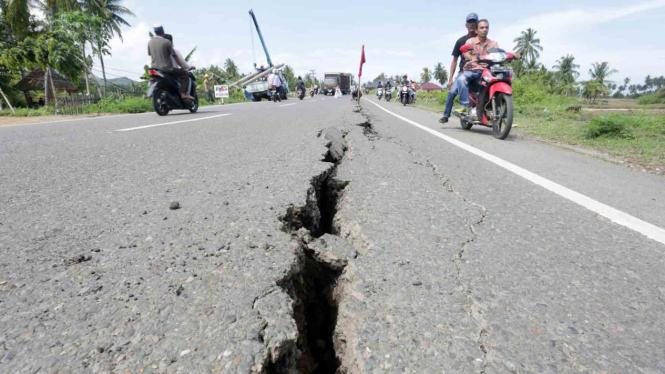 Salah satu ruas jalan di Kabupaten Pidie Jaya Aceh yang terbelah usai dilanda gempa bumi berkekuatan 6,5 SR pada Rabu (7/12/2016)