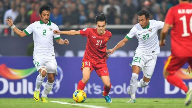 Pemain TImnas Indonesia, Benny Wahyudi dan Hansamu Yama (kanan), ketika menghadapi Vietnam.