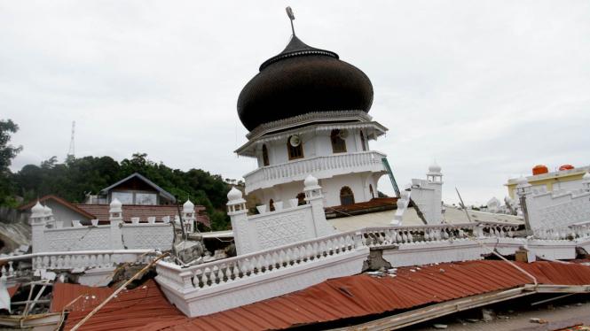 Shalat Jumat di Reruntuhan Masjid Jami Quba Pidie Jaya