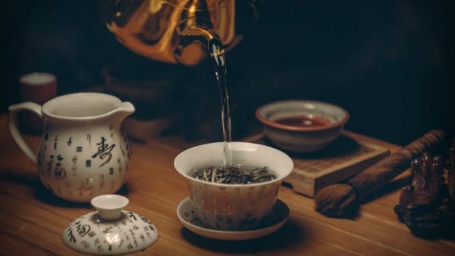 Minum teh panas.
