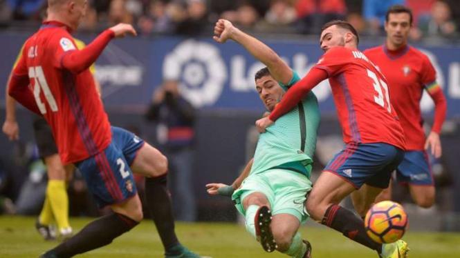 Penyerang Barcelona, Luis Suarez di pertandingan melawan Osasuna