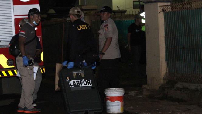 Tim Gegana melakukan pemeriksaan terhadap temuan bom aktif di sebuah rumah kost di kawasan Bintara Jaya, Bekasi Barat, Sabtu malam (10/12/2016)