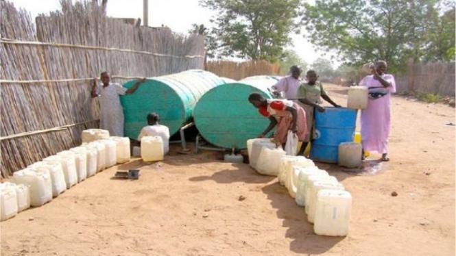 Warga antre mendapatkan air.