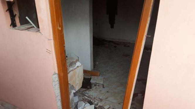 Kondisi kamar indekos terduga pelaku bom bekasi pascapeledakkan, Minggu (11/12/2016)