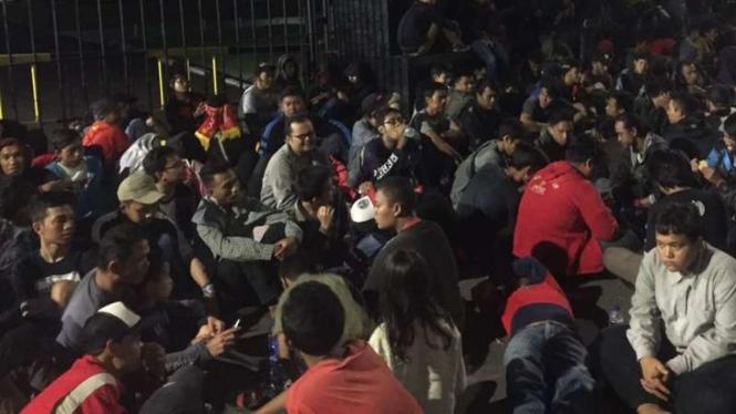 Calon pembeli tiket final Piala AFF 2016 di Gambir, Jakarta