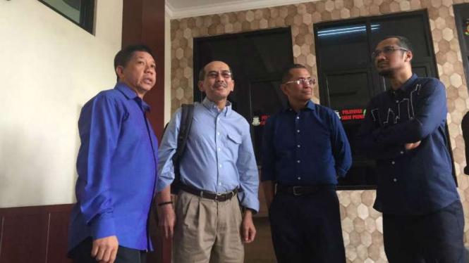 Abraham Samad, Faisal Basri, dan Effendi Ghazali, mendampingi Dahlan Iskan di Pengadilan Tindak Pidana Korupsi Surabaya pada Selasa, 13 Desember 2016.