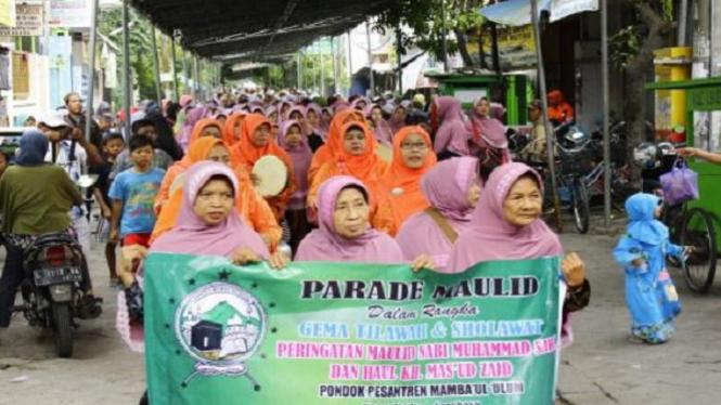 Kirab Parade Maulid di Kapas Madya Surabaya.