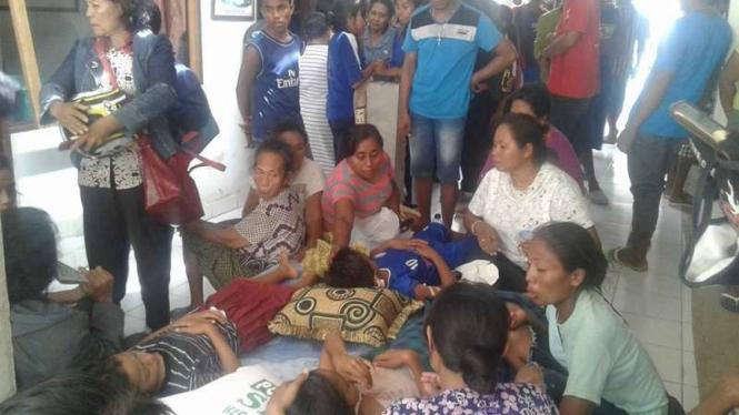 Tujuh siswa SDN 1 Seba di Kabupaten Sabu Raijua yang menjadi korban penusukan orang tak dikenal usai mendapatkan pertolongan medis, Selasa (13/12/2016)