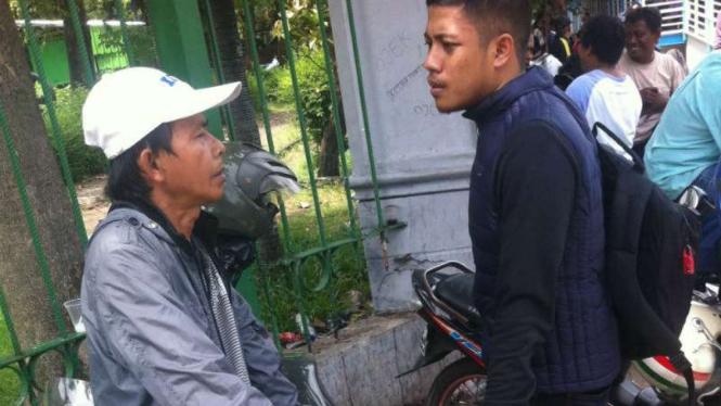 Seorang calo bernama Yanto (kiri) bersama tim VIVA.co.id.