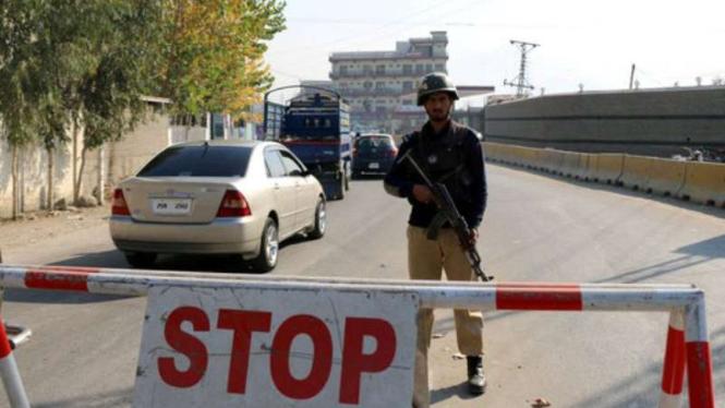 Polisi Pakistan sedang berjaga.