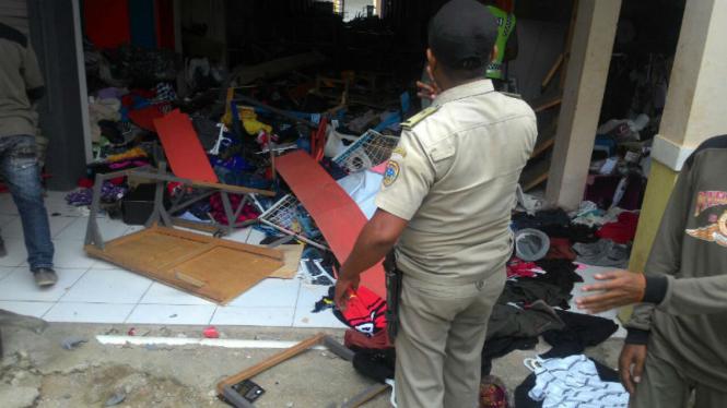 Kondisi pasar tradisional di Kabupaten Sabu Raijua NTT yang rusak diamuk warga usai terjadinya penyerangan terhadap siswa SDN 1 Sabu Barat, Selasa (13/12/2016)