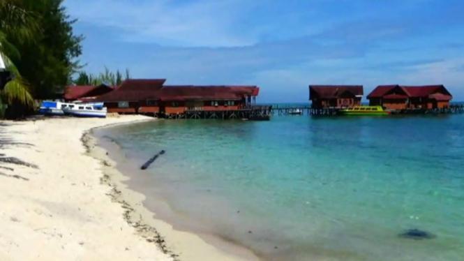 Pulau Derawan, Kabupaten Berau, Kalimantan Timur. Pemerintah kompromi menyerahkan pengelolaan dan penamaan ribuan pulau kecil yang belum bernama kepada asing.