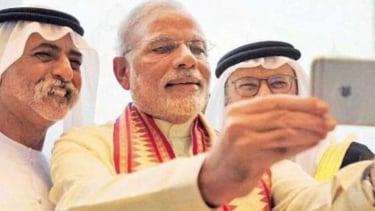 Aksi PM Narendra Modi saat selfie.