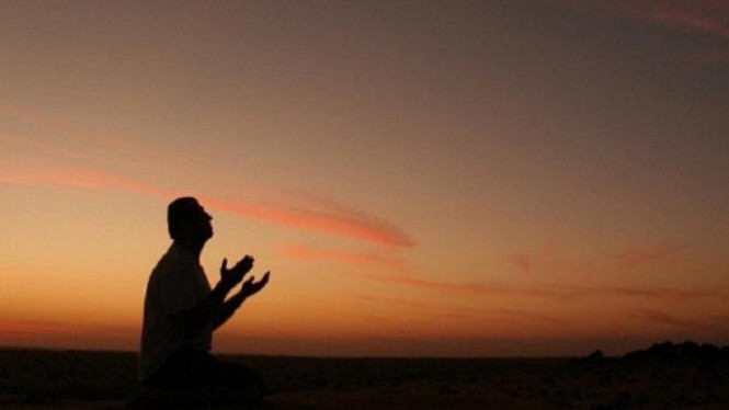 Berdoa secara diam-diam.