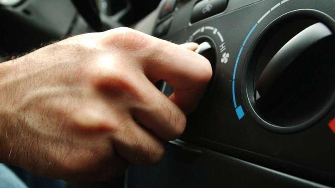 Ilustrasi menyalakan AC mobil.