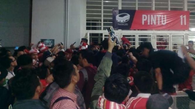 Penonton laga final Piala AFF tertahan di pintu masuk Stadion Pakansari