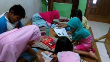 Anak belajar bersama.