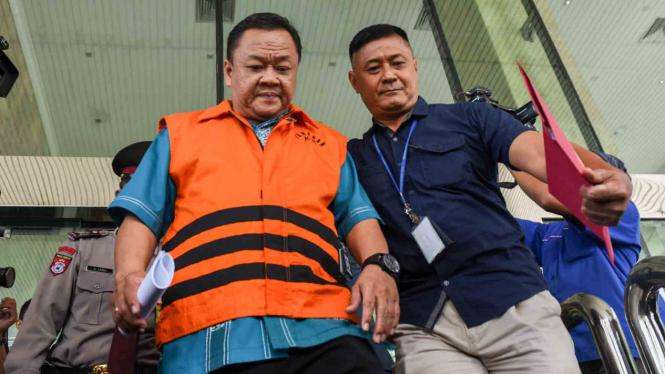 Pelaksana Tugas Sekretaris Utama Badan Keamanan Laut , Eko Susilo Hadi, (kiri) ditahan KPK atas kasus korupsi proyek satelit monitoring di Bakamla tahun anggaran 2016.