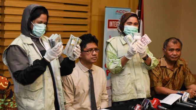 Penyidik Komisi Pemberantasan Korupsi menunjukkan hasil operasi tangkap tangan dalam kasus korupsi proyek Bakamla.