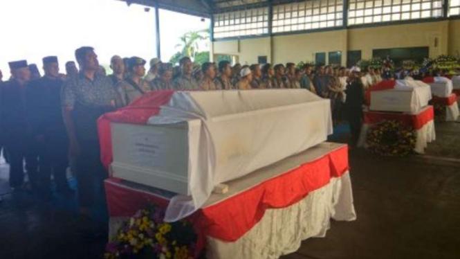 Serah terima jenazah pesawat skytruck polisi kepada keluarga.