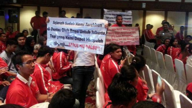 Aksi protes atlet PON kontingen DKI di Balai Kota