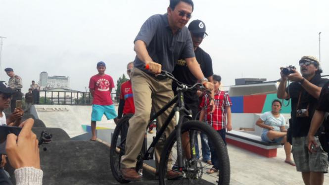 Ahok tengah mencoba naik sepeda di taman Kalijodo