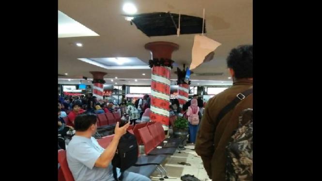 Plafon Bandara Adisutjipto jebol