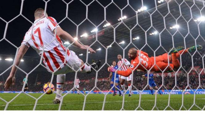 Striker Leicester Leonardo Ulloa cetak gol ke gawang Stoke City