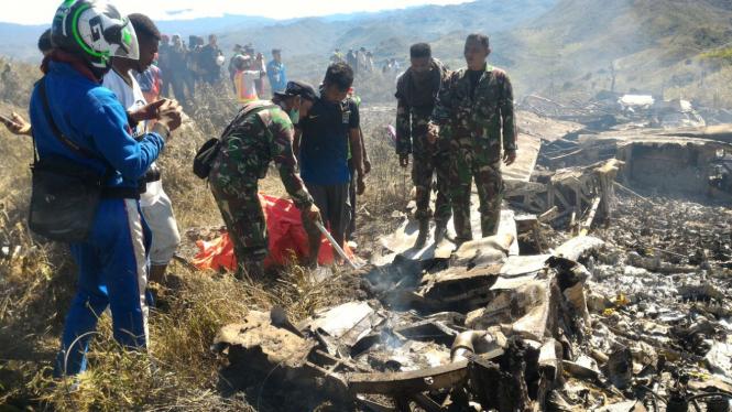 Bangkai mesin Pesawat Hercules tipe A 1335 milik TNI jatuh di Jayawijaya, Papua.