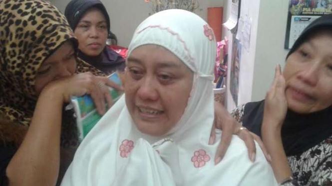 Agus Purwati, istri Pembantu Letnan Satu Suyata tak kuasa menahan air mata. Suaminya jadi korban jatuhnya pesawat Hercules di Papua, Minggu pagi 18 Desember 2016.