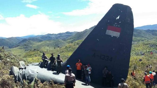 Pesawat militer milik TNI AU Hercules C-130 terjatuh di Gunung Lisuwa Papua, Minggu (18/12/2016). Duabelas prajurit tewas dalam kejadian ini.