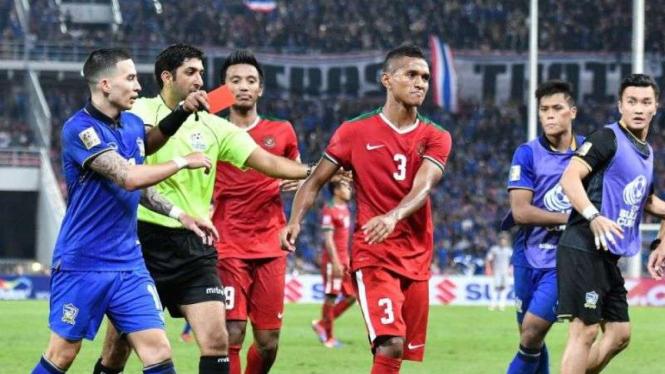 Pemain Timnas Indonesia, Abduh Lestaluhu, saat kena kartu merah