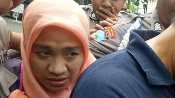 Dora Natalia, pelaku dugaan penyerangan polantas, usai diperiksa di kepolisian.