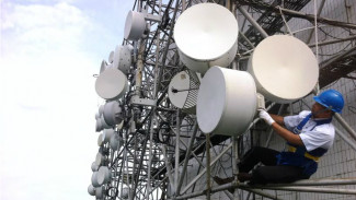 Petugas Indosat Ooredoo menyiagakan layanan jaringan.